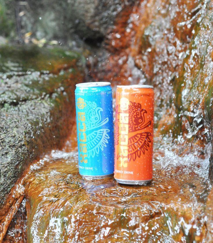 Die  Xacca Synergy Drinks in Rot – für die belebende Erfrischung – und in Blau – zum Beruhigen und Entspannen. Beide Sorten schmecken lecker nach Granatapfel und Acai.
