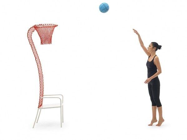 ZA TRZY PUNKTY na FUTU.PL Oto propozycja dla wszystkich wielbicieli sportu: fotel Lazy Basketball. Wbrew nazwie, siedzisko nie służy do leniuchowania – dzięki niemu w każdej wolnej chwili w domu lub biurze można ćwiczyć celność rzutów oraz doskonalić dwutakt.