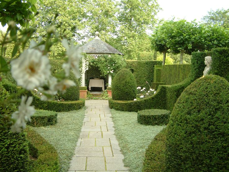 Op de plek van de witte tuin is een tuin met veel groene structuur gekomen.