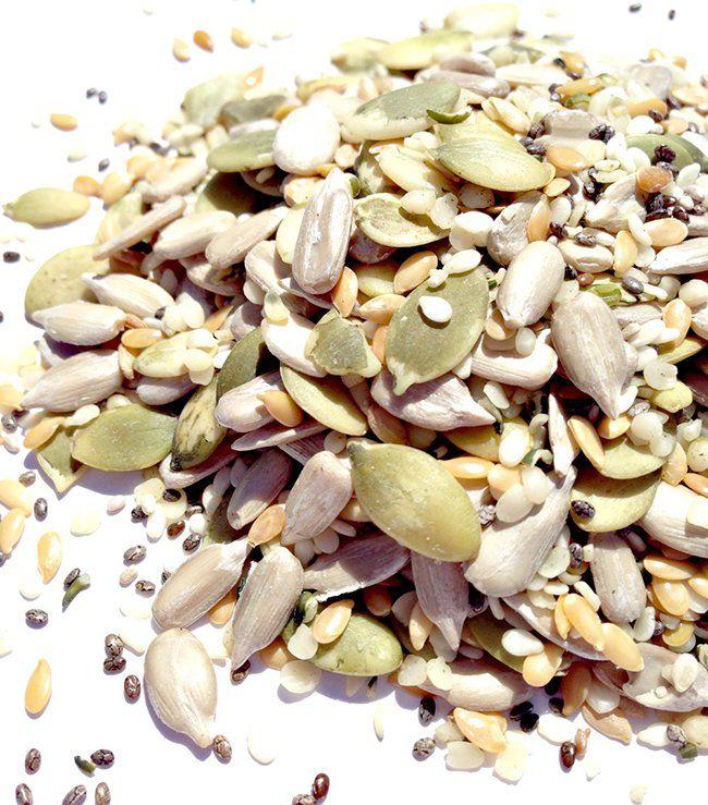 Les graines sont riches en vitamines et minéraux, elles sont une excellente source de fibres, de protéines et d'antioxydants, et elles sonttrès riches enacides grasoméga-3. Chaque graine a quelque chose de différent à offrir au corps – de la grenade, auchanvre en passant par lechia. Mais c'est important de savoir celles qui offrent des avantages …