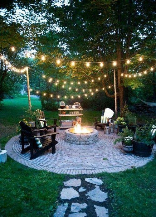Feuerstelle Im Garten Lichterkette Abendstunden Gemütlich Verbringen