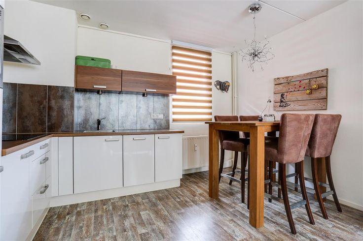 Te koop: De Zetter 30, Wormerveer - Hoekstra en van Eck - Méér makelaar. Dit keurige 3-kamer appartement (uit het bouwjaar 1985) is gelegen op de eerste woonlaag met een berging in de kelder en een eigen parkeerplaats op de begane grond op een centrale locatie van Zaanstad. Het appartement heeft 2 slaapkamers een nette keuken en badkamer en een balkon op het zuidwesten. Aarzel niet en maak snel een afspraak, je bent zo verkocht!