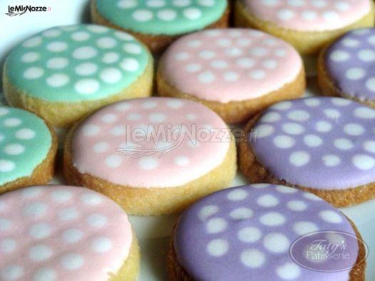http://www.lemienozze.it/gallerie/torte-nuziali-foto/img21621.html Deliziosi biscotti colorati da affiancare alla torta nuziale sul tavolo dei dolci