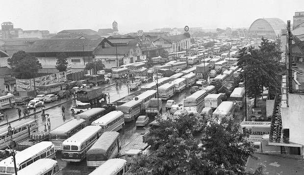Trânsito. Os motoristas enfrentam engarrafamento, já no início dos anos 60, em dia de enchente na Avenida Brasil, construída na Era Vargas