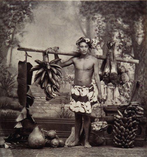 Tahiti, porteur de fruits, anonyme, vers 1880, via https://www.facebook.com/vahineitaria #Tahiti