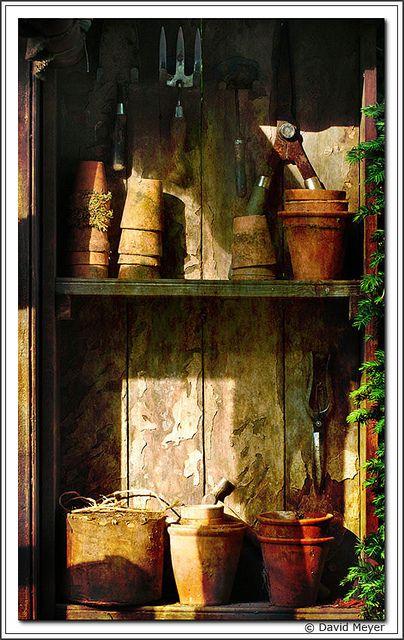 Rangé des pots sous l'apprenti bois