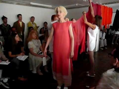Chef de file de la couture minimale, Adeline André est définitivement la virtuose de l'épure. Elle nous avait habitués à ses nano-robes et ses systèmes à tro...