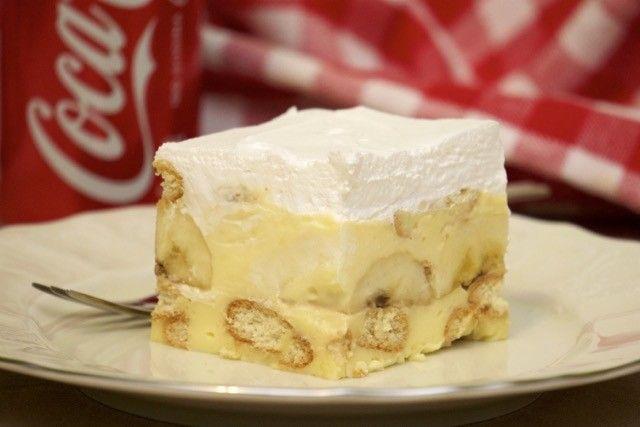 Suroviny 300 g sušienok podľa chuti..Môže byť Marína, Petit,alebo aj klasické piškóty 3 vanilkové pudingy 9 lyžíc cukru 1 liter mlieka 200 g masla 4 lyžice kyslej smotany 4 – 5 banánov 200 ml smotany na šľahanie Postup prípravy 1. Krok Najskôr si uvaríme puding..V troche mlieka rozmiešame pudingový prášok