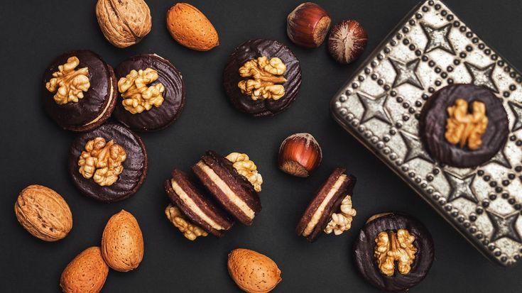 Křehké sušenkové těsto vonící po skořici a citronové kůře, lahodná rumovo-oříšková náplň a křupavý vlašský ořech s čokoládou navrch, to jsou tradiční išelské dortíčky. Chvilku času vám sice zaberou, ale stojí to za to!