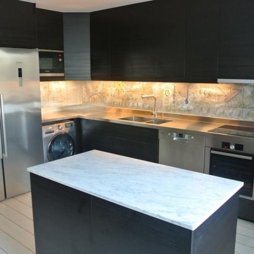Totalrenovering av lägenhet i hörnet av Stockholms innerstad genomfördes av E-I Interiör Design med en rostfri diskbänk från Neonela Design