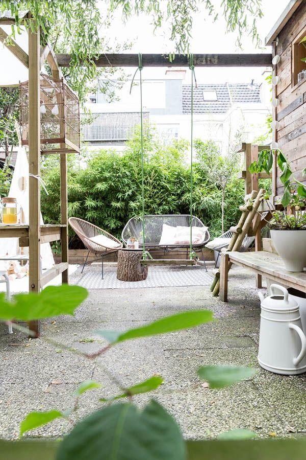 ZWAAARTAFELEN I Inspiratie buiten I Deze te gekke tuin is een fijne plek om te relaxen I De schommel doet het hem! I www.zwaartafelen.nl