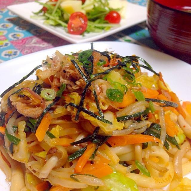 お野菜たっぷりキムチ焼きうどん (豚肉・キャベツ・ニラ・人参・しめじ・もやし)  小松菜と溶き卵の味噌汁  水菜とリンゴのサラダプチトマト - 8件のもぐもぐ - お野菜たっぷりキムチ焼きうどん by chihiroish95Z