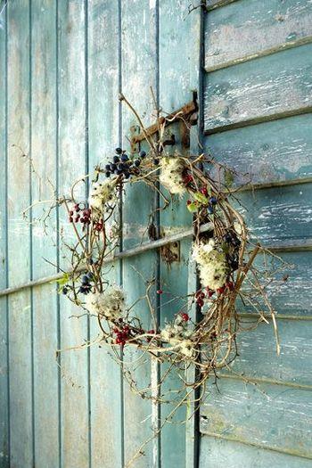 木の枝とブルーベリーと赤い実を合わせたリース。ナチュラルで見る人を惹きつけます。