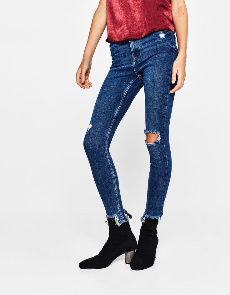 Jeansy rurki z przetarciami.  Odkryj to i wiele innych ubrań w Bershka w cotygodniowych nowościach