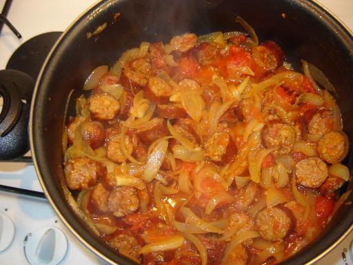 Rougail saucisse (à faire avec moins d'oignons et un peu plus de tomates), et des haricots blancs en accompagnement.