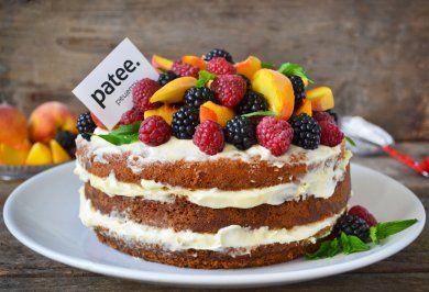 Голый торт с нежным кремом и ягодами