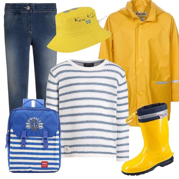 Jeans e maglioncino rigato bianco-blu, sotto a un impermeabile giallo con cappuccio. Ai piedi stivali al polpaccio gialli, in testa un comodo cappellino impermeabile. Per concludere, uno zainetto porta giochi o per la scuola, con una fantasia marine.