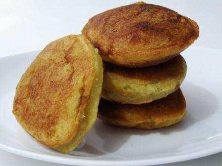 Khamir  500 gr   tepung terigu protein tinggi 250 gr   gula pasir 250 gr   tape singkong 100 gr   margarin leleh 1 btr      telur ½ sdm  soda kue ½ sdt    garam Air matang secukupnya.