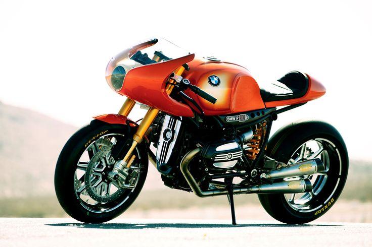 История концептов BMW - Concept Ninety (2013) http://bmwguide.ru/bmw-concept-2002-hommage/ В 2013 году концерн BMW отметил 90-летие BMW Motorrad (подразделения по производству мотоциклов) и к этому поводу подготовил специальный мотоцикл, получивший обозначение BMW Concept Ninety, взявший свои истоки в модели BMW R90S, которой на тот момент исполнилось 40 лет. Проект является результатом сотрудничества студии дизайна BMW с Роландом Сэндсом и его компанией Roland Sands Designs. Концепт BMW…