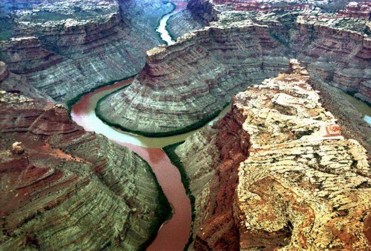 Грин и Колорадо. Река Грин несет свои зеленые воды в Колорадо, сливаясь в Национальном парке Каньонлендс, штат Юта (США)