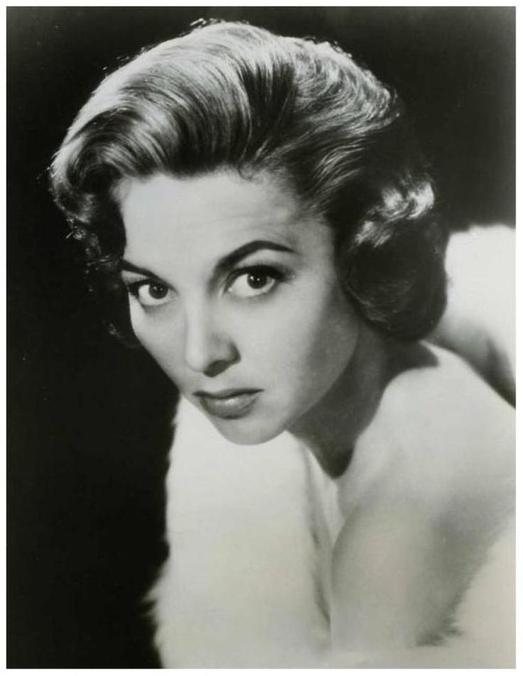 Beverly GARLAND '50-60 (17 Octobre 1926 - 5 Décembre 2008. fue una actriz estadounidense.En 1957, Garland hizo historia en la televisión como la estrella de la serie: Decoy, la primera serie de televisión estadounidense con una mujer en el papel estelar. Sin embargo, sólo duró una sola temporada de treinta y nueve episodios.Por su contribución a la industria de la televisión, Garland tiene una estrella en el Paseo de la Fama en el 6801 del Hollywood Boulevard.