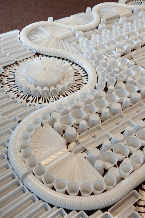 O pessoal do We Make Carpets produziu este tapete com copos, talheres e potes plásticos. Batizado de Disposable Carpet, o tapete descartável, como seria chamado em português, foi um pedido do museu holandês Tijdelijk Museum Amsterdam, que preferiu utilizar um produto diferente e com outro material – ao invés do tecido – em seu espaço.