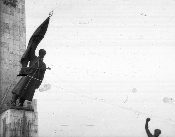 1956_Gellérthegy a Felszabadulási Emlékmű Felszabadító szovjet katona mellékalakjának ledöntése..jpg