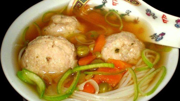 Kuřecí polévka s čínskými nudlemi a pikantními knedlíčky