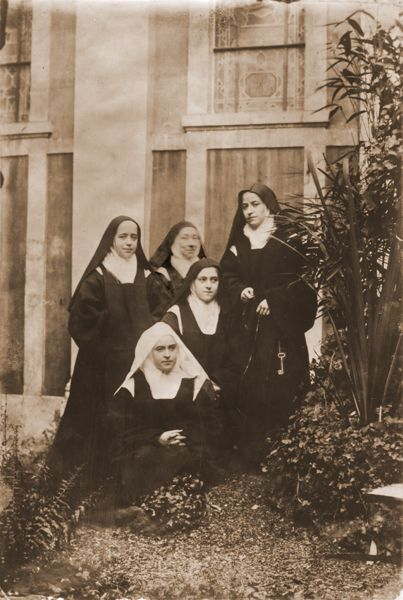 sainte-Therese-de-Lisieux with her real blood sisters plus the ageing Prioress