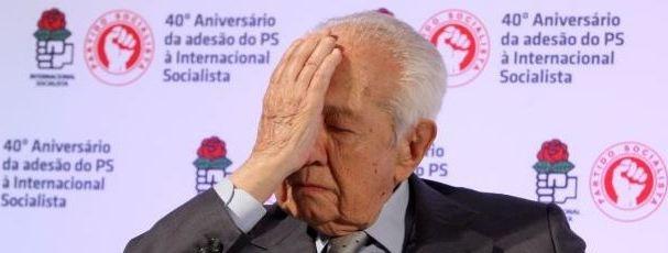"""Além de incompetente, Passos é inconsciente  O antigo Presidente da República e histórico socialista, Mário Soares, volta uma vez mais, no artigo de opinião que assina às terças-feiras no Diário de Notícias, a não poupar farpas ao Executivo de Passos Coelho, afirmando que o primeiro-ministro, """"além de incompetente, é inconsciente"""". """"Portugal nestes dois anos foi de mal a pior. É incontestável!"""". [...]"""