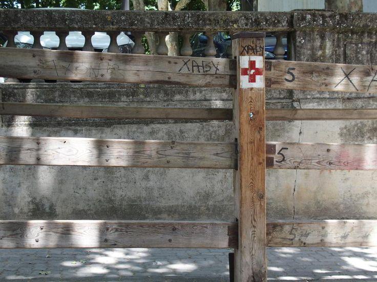 Puesto de la Cruz Roja en el vallado en el callejón