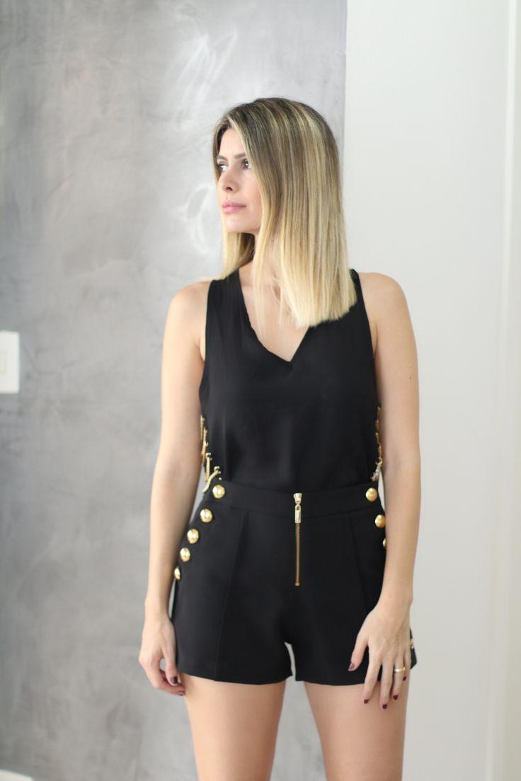 Shorts Alfaiataria preto com detalhes de botões dourados na lateral.