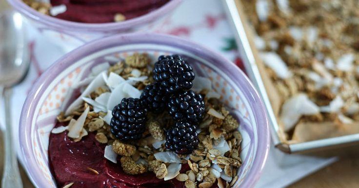 Smoothie bowls är lika gott som vackert. Här är Leilas recept med björnbär, banan och hallon. Toppas med hemgjord granola och björnbär.