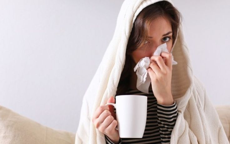 Γιατί Αρρωσταίνουμε Όταν Κάνει Κρύο; «Θα κρυώσεις», έλεγαν οι γιαγιάδες μας για να μας προειδοποιήσουν τις κρύες μέρες του χειμώνα, αν φεύγαμε από το σπίτι χωρίς να στεγνώσουμε επαρκώς τα μαλλιά μας ή χωρίς να ντυθούμε σωστά.