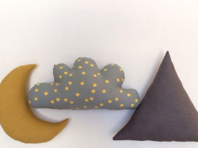 Coussin nuage bicolore pois jaune moutarde sur fond gris / lin gris : Textiles et tapis par le-bazar-creations