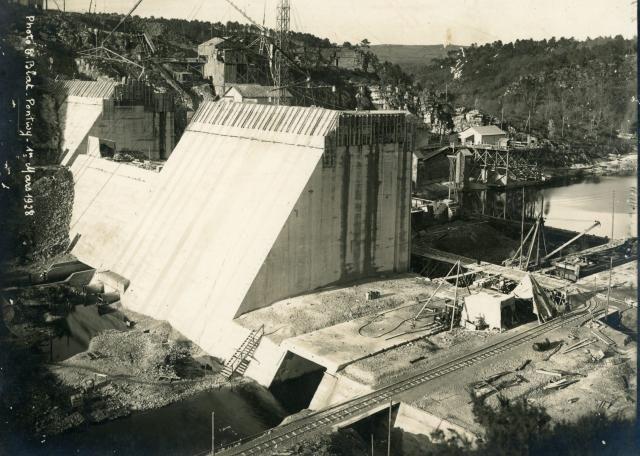 """Sous l'oeil du photographe """"Ernest Blat"""" est une exposition photos en plein air qui retrace sur un circuit de 3km rythmé par 23 photos, l'épopée de la construction du barrage entre 1923 et 1930.  Un livret de visite et une application mobile gratuite permettent de compléter la visite.  Le départ du parcours est au Musée de l'électricité de Saint-Aignan."""