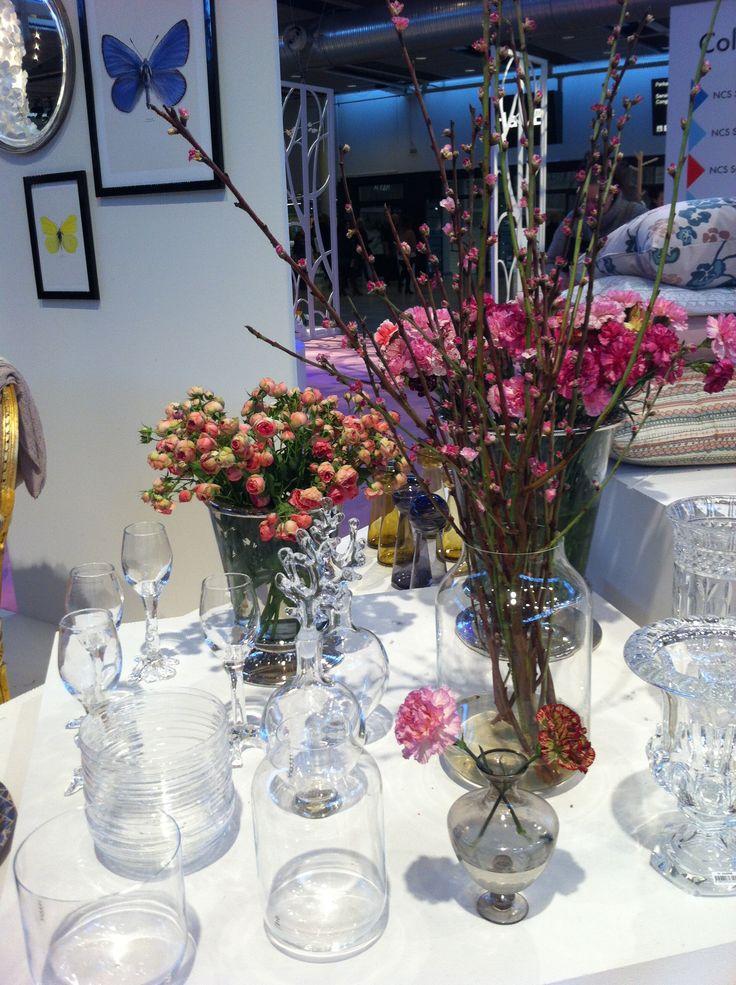Vaser till vårens blommor i vackert handblåst glas