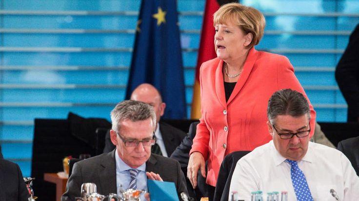 Flüchtlingskrise: Innenminister schlägt im TV Alarm http://www.bild.de/politik/inland/fluechtlingskrise/innenminister-de-maiziere-schlaegt-alarm-42864032.bild.html