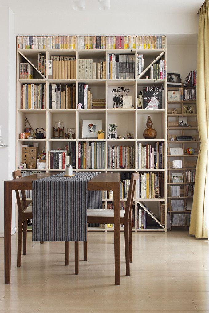 床から天井までを最大限に有効活用できるシンプルで丈夫な壁面本棚 美術書や画集などの大型本を大量に収納できます お部屋の天井や梁 に合わせて本棚の高さを調整できるので まるで造作家具のような天井までピッタリの壁面収納が実現します 本棚 自宅で