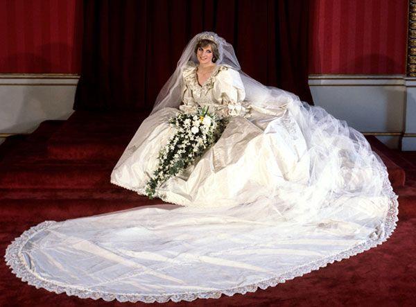 La robe de mariée de Lady Diana en 1981. Créée par David et Elizabeth Emanuel, cette robe en soie avec pas moins de 10000 perles est dotée d'une immense traîne, des manches ballons et d'un voile rehaussé d'un diadème. Les créateurs se seraient inspirés pour cette robe légendaire, d'œuvres de Sandro Botticelli et Auguste Renoir.
