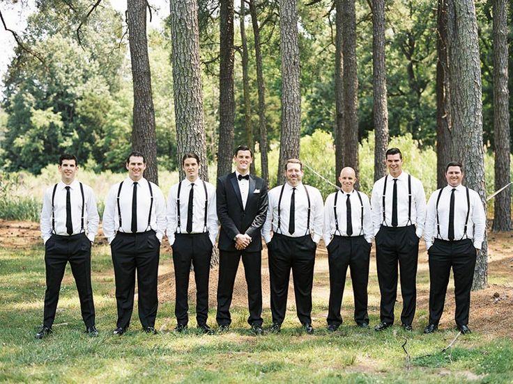 noivo e padrinhos com suspensório e gravata