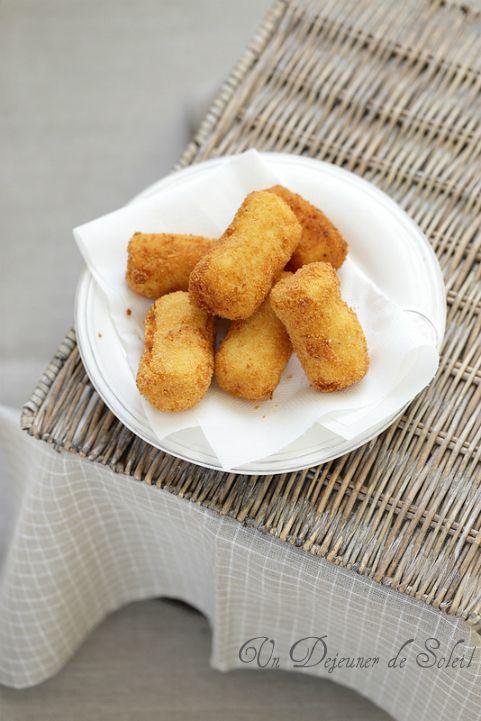 Crocche croquettes de pomme de terre italiennes Croquettes de pomme de terre à la scamorza fumée ou provolone et salami (pour 6 à 8 personnes) 1 kg de pommes de terre à chair farineuse (Bintje, Manon...) de même calibre 2 oeufs entiers (100 g) + 2 oeufs pour friture 200 g environ de scamorza fumée ou de provolone piccante ou de brebis en dés 120 g de pecorino (ou parmesan râpé) 100 g environ de salami type Napoli (à gros grains) (facultatif) chapelure de pain, origan, laurier, sel et poivre…