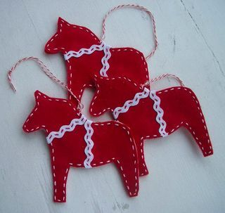 Christmas ornament tutorial..awwwww these are from the cookie cutters I have!  Need to add a tassell tail