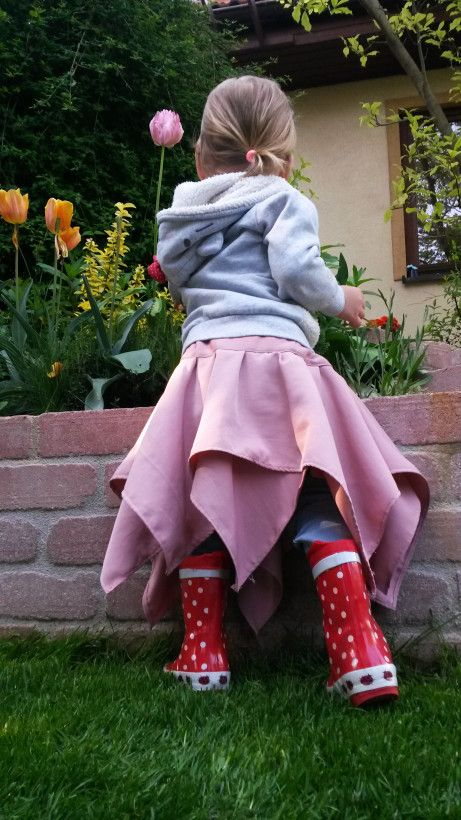 Little fairy tale asymmetric skirt for little girls! You can put it on any way and it looks great, plus it's really easy to sew- just to squares on top of each other.