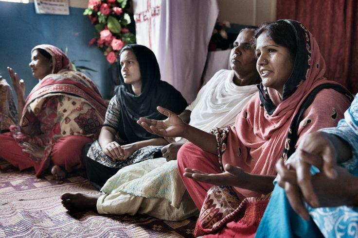 Rubina y otras trabajadoras domésticas se reúnen en Bangladesh.