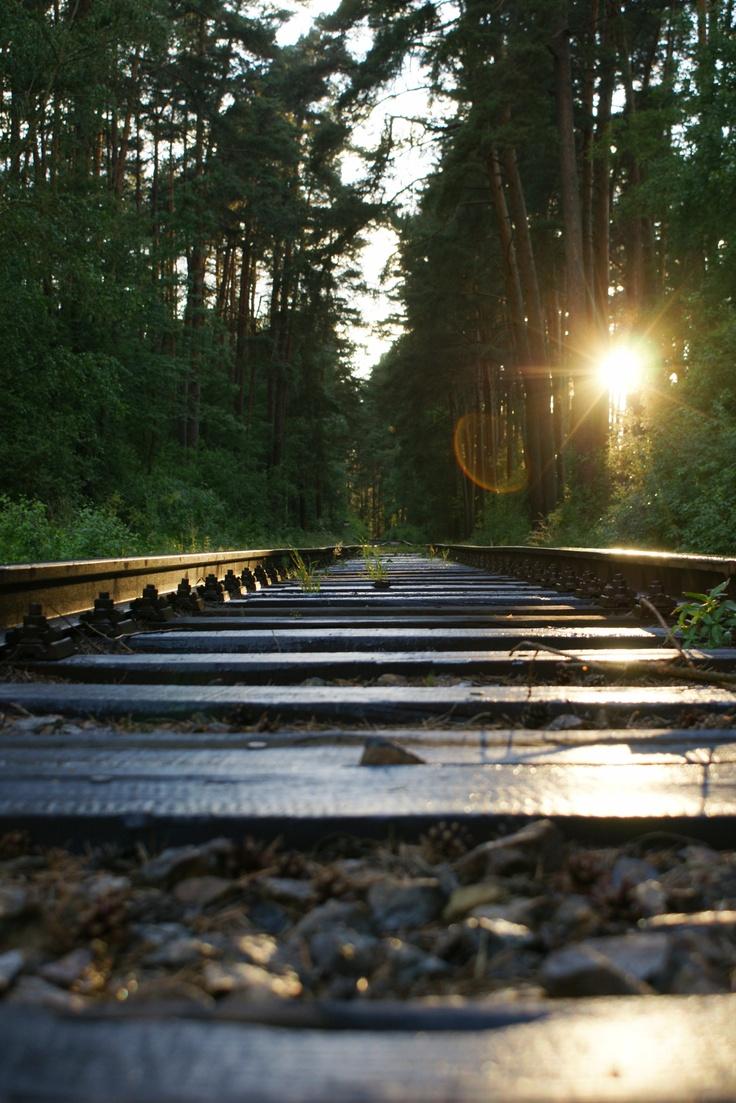 Een werkende spoorlijn in tsjechie bij zonsondergang