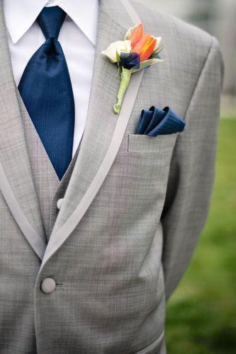 ライトグレーのタキシードにネイビーのタイを合わせた上品スタイル♡ オーセンティックでシンプルな新郎衣装の一覧。