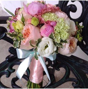Розы Джулиет, гвоздика и пионы