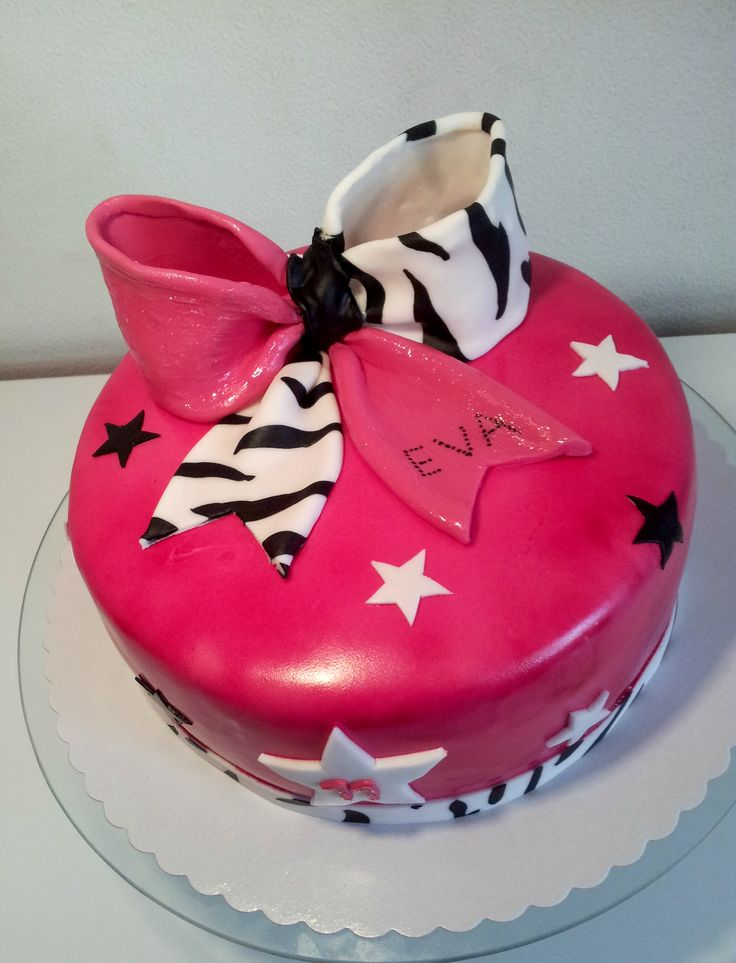 Cheerbow birthday cake - Birthdaycake for a cheerleader!! Cake is filled with Vanillasponge and tangerine cream.