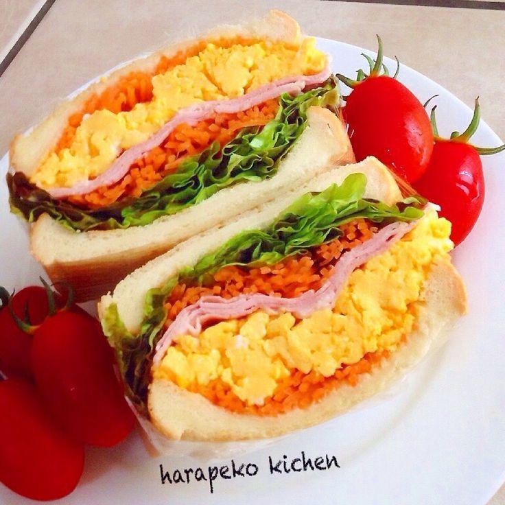今日のお昼はサンドイッチ(^-^)♪♪  最近カフェで流行ってるとか…⁇  野菜たっぷりの具だくさんサンドイッチ‼︎ 娘に聞いて作ってみました~*\(^o^)/*  ♪食パンはトースターで軽く焼いて、にんじんラペ+ふわふわいりたまご+ロースハム+レタス+にんじんラペ…出来上がり.•*¨*•.♬  凄くボリューミーなんだけど野菜たっぷりだからヘルシーこれはまたまたハマりそうな予感です( ˆ罒ˆ )笑笑  次は何を挟もうかな~*\(^o^)/*